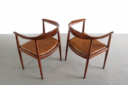 set-of-rare-hans-wegner-the-round-chair-both-in-oak-5b8472161